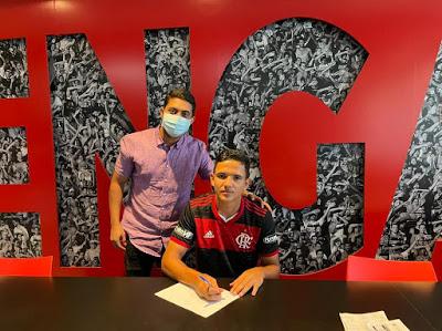 Neto é atleta da Escolinha do Mescias de Mari-PB, assinou seu primeiro contrato no Flamengo (Foto: Divulgação/Flamengo)